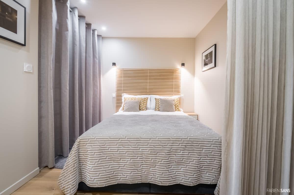chambre et lit gris avec tête de lit en bois style fifties
