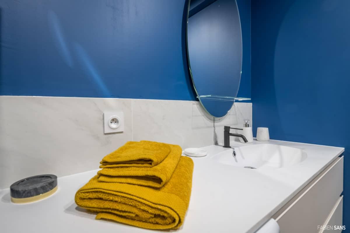 Salle de bain couleur fifties bleu et blanc