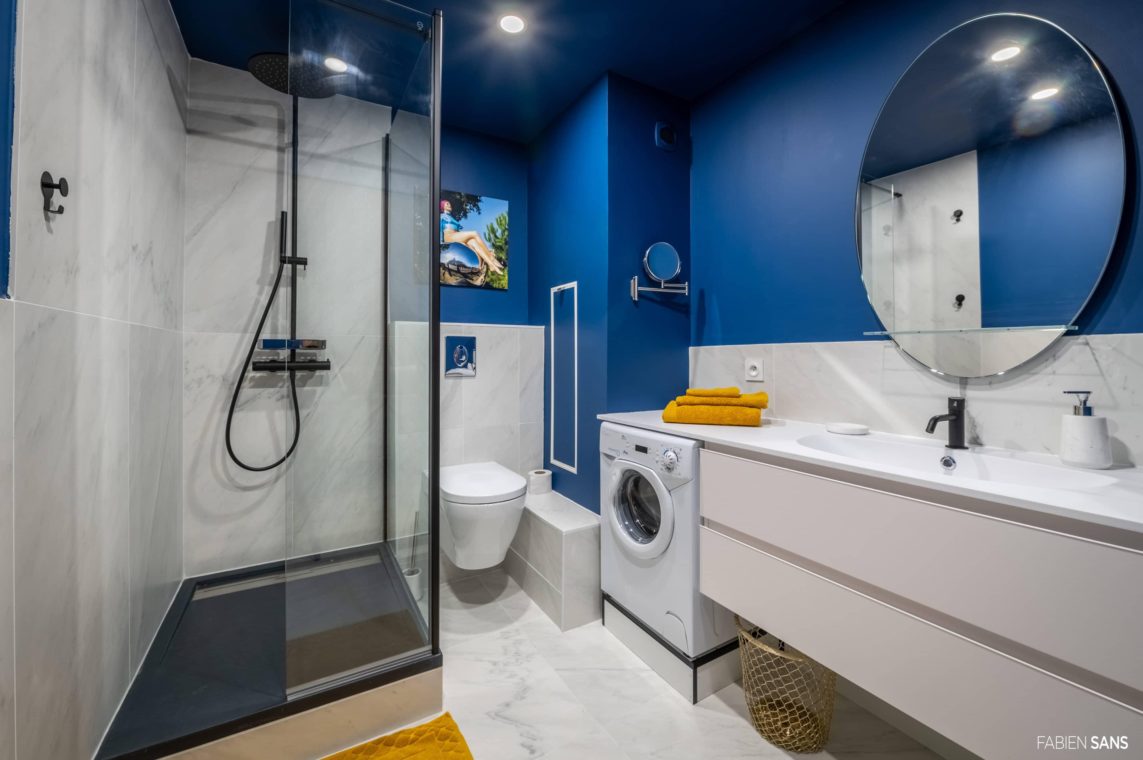 Salle de bain minimaliste style année fifties couleur bleu
